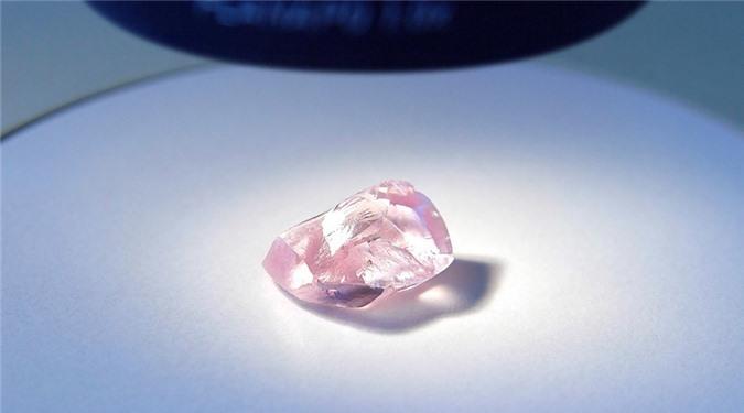 Còn đây là viên kim cương hồng 27,85 carat được phát hiện ở Nga. Ảnh: Bloomberg.