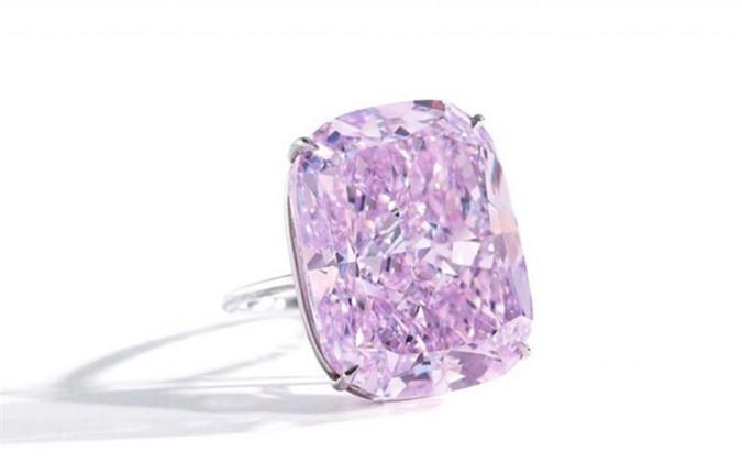Viên kim cương có hình dáng tuyệt đẹp, được mài giũa, ánh lên rực rỡ với nhiều góc cạnh. Ảnh: Alamy Live News.