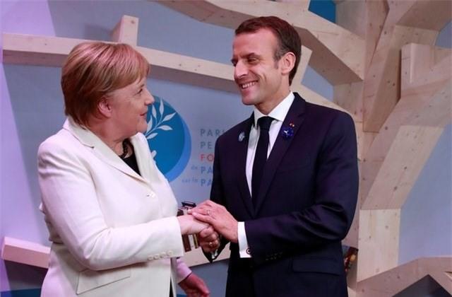 Thủ tướng Đức Angela Merkel (trái) và Tổng thống Pháp Emmanuel Macron tại Diễn đàn Hòa bình Paris. (Nguồn: US News & World Report)