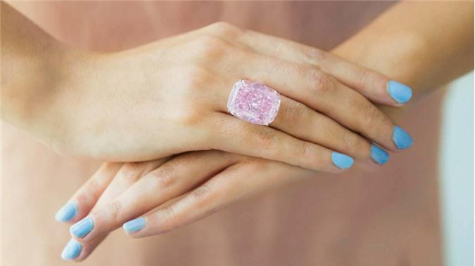 Có trọng lượng 37,30 carat, viên kim cương hồng Raj Pink được định giá trong khoảng 20 - 30 triệu USD. Ảnh: Courtesy Sotheby's.