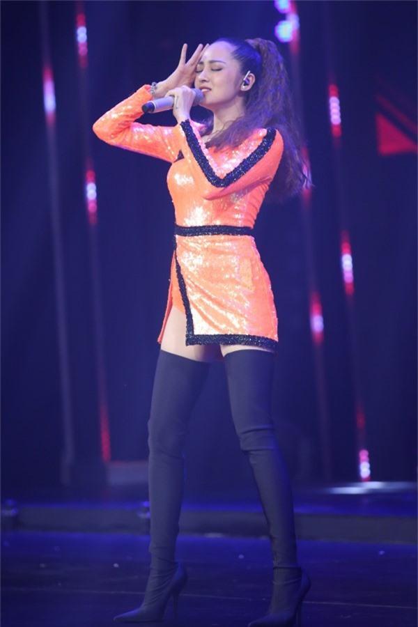 Bảo Anh tham gia biểu diễn trong một đại nhạc hội về mua sắm vào tối 10/11. Nữ ca sĩ mở màn chương trình với hai ca khúc Lần đầu và In The Night, kết hợp vũ đạo nóng bỏng trên sân khấu.
