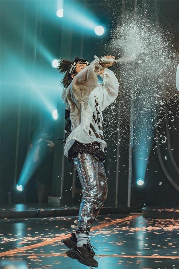 Những kỹ xảo, hiệu ứng sân khấu làm nổi bật hình ảnh của Sơn Tùng MTP qua hai màn trình diễn Chạy ngay đi và Lạc trôi.