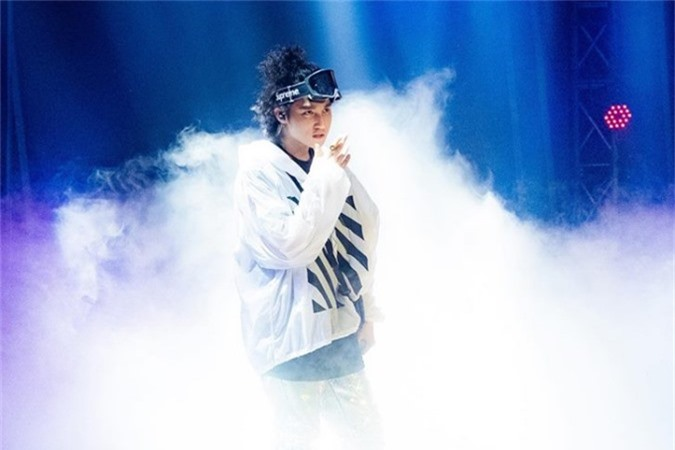 Sơn Tùng tâm sự đây cũng là lần đầu tiện trong gần một năm anh trở lại trên sóng trực tiếp truyền hình, đồng thời ăn mừng thêm MV Chạy ngay đi chạm mốc 100 triệu vlượt xem sau 6 tháng phát hành.