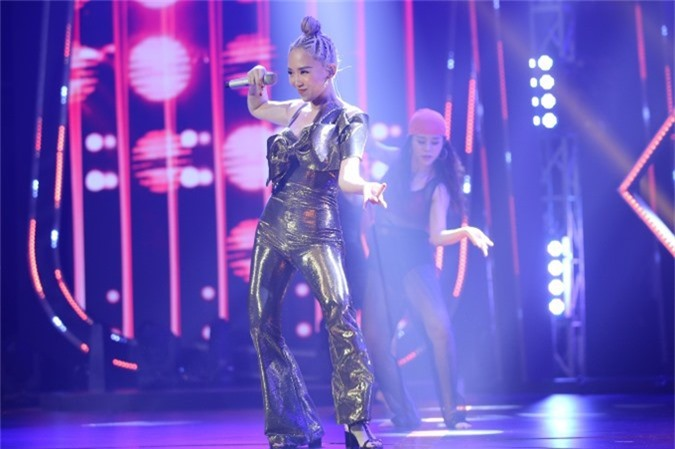 Tiết mục được dàn dựng công phu, mô phỏng theo MV của nữ ca sĩ ra mắt cách đây không lâu.