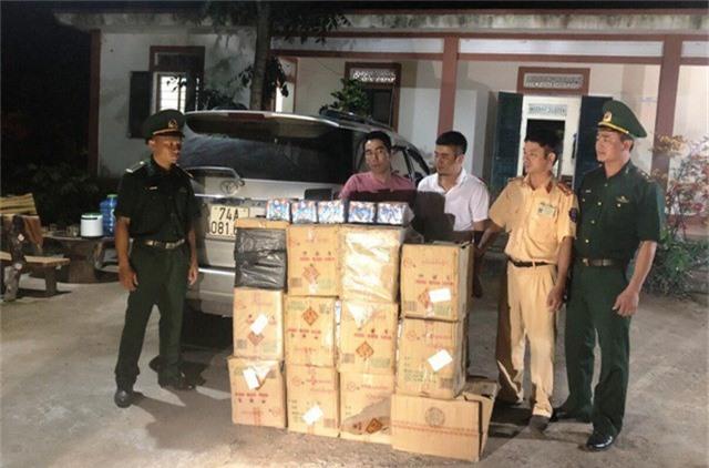 Hàng trăm kg pháo hoa lậu được vận chuyển trái phép.