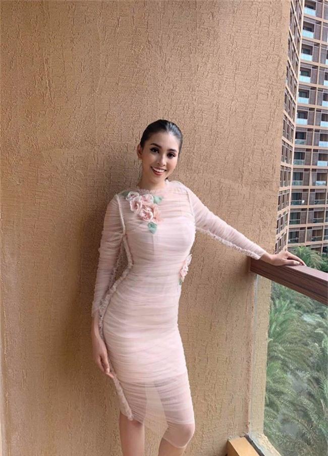 Hoa hậu Tiểu Vy lại khoe dáng đẹp eo thon tại hậu trường cuộc thi Hoa hậu Thế giới 2018 - Ảnh 1.
