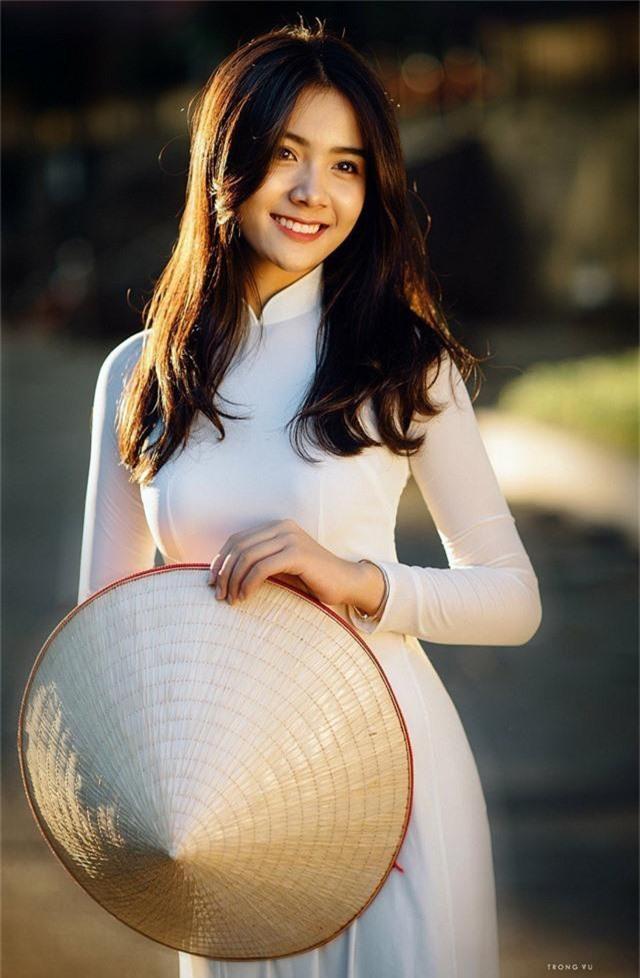 Dương Thu Giang là cựu học sinh trường THPT Lý Thái Tổ (Bắc Ninh). Thu Giang lần đầu được biết đến trên các phương tiện truyền thông khi mặc chiếc áo dài trắng thướt tha, khoe nụ cười rạng rỡ gây thương nhớ cho người xem.