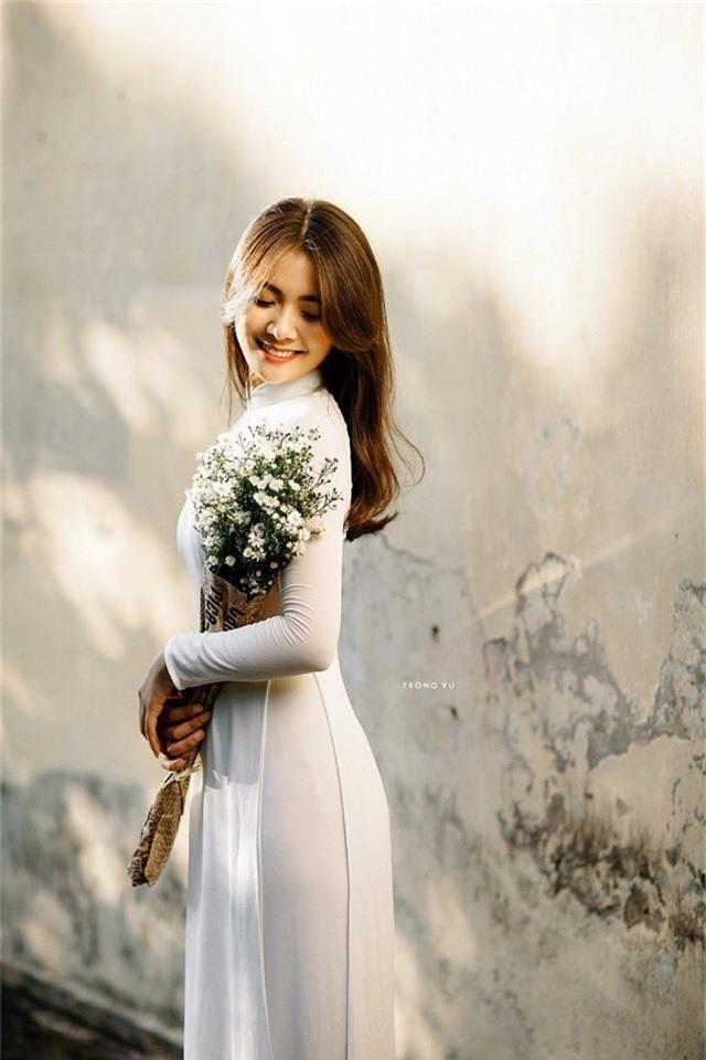 Trong bộ lần này, vẫn xuất hiện trong tà áo dài trắng song Thu Giang có phần chững chạc và đằm thắm hơn. Thu Giang tự tin thả dáng bên hoa thạch thảo và chiếc nón lá.