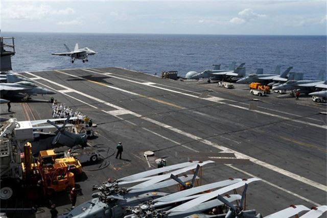 Một máy bay chiến đấu F/A-18 hạ cánh xuống tàu sân bay USS Ronald Reagan của Hải quân Mỹ. (Ảnh: Reuters)