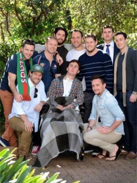 Sam được vây quanh bởi các bạn bè của mình
