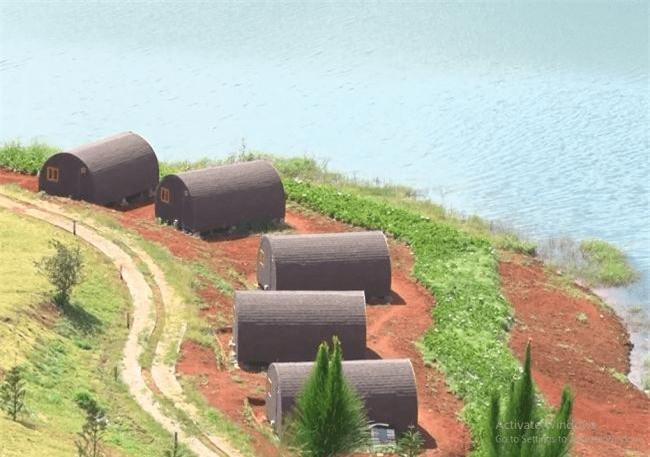 -Cận cảnh những căn nhà gỗ xâm phạm khu vực bảo vệ I của Di tích thắng cảnh quốc gia hồ Tuyền Lâm (Ảnh: VH)