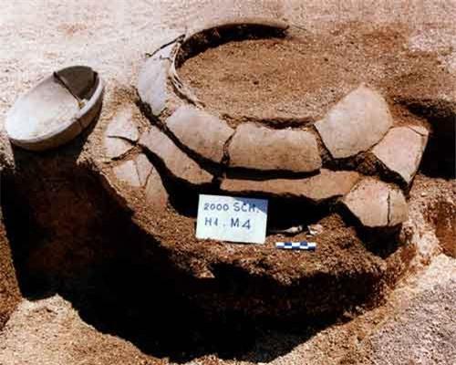 Loại hình mộ nồi của cư dân văn hóa Sa Huỳnh phát hiện ở di tích Suối Chình, huyện đảo Lý Sơn. Ảnh: Đoàn Ngọc Khôi.