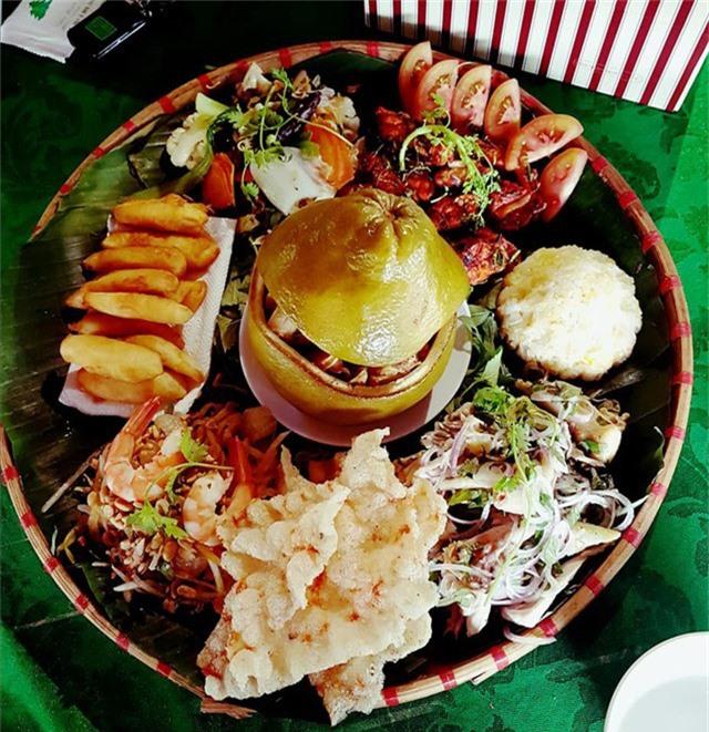 Những miếng thịt gà vàng ươm, ngọt đậm hòa lẫn với vị đắng dịu, ngọt riêng của bưởi nơi đầu lưỡi tạo nên hương vị khó lẫn cho món ăn. Ảnh: Dân Việt