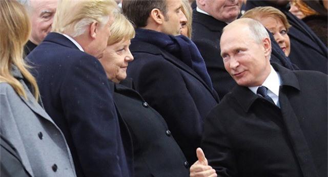 Tổng thống Vladimir Putin trò chuyện với Tổng thống Mỹ Donald Trump và Thủ tướng Đức Angela Merkel tại sự kiện kỷ niệm 100 năm kết thúc Thế chiến 1 ở Pháp hôm 11/11. (Ảnh: Sputnik)