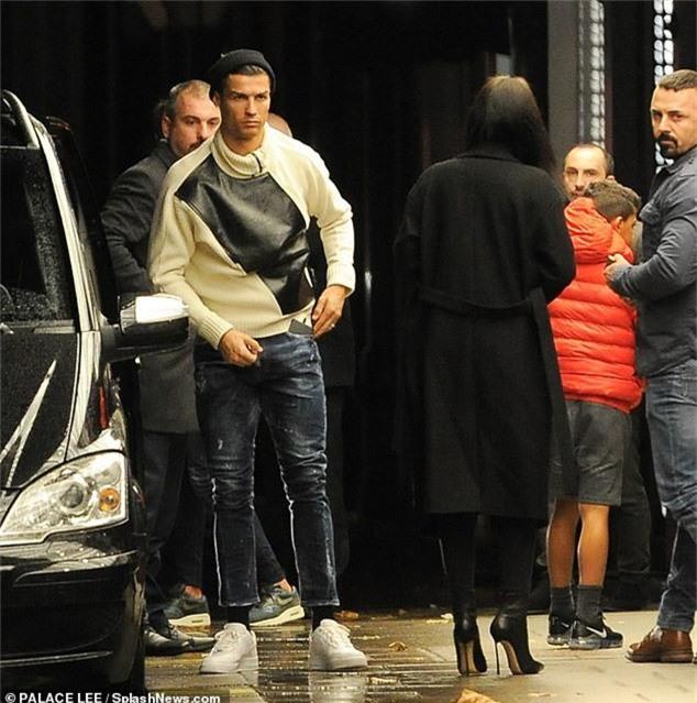 Ngôi sao bóng đá 33 tuổi cùng bạn gái và con trai cưng bay từ Milan tới London trước đó 1 ngày