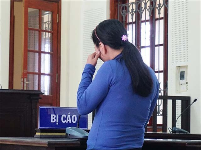Bị cáo Mai Thị Lụa bật khóc khi trình bày lại hành vi phạm tội của mình.