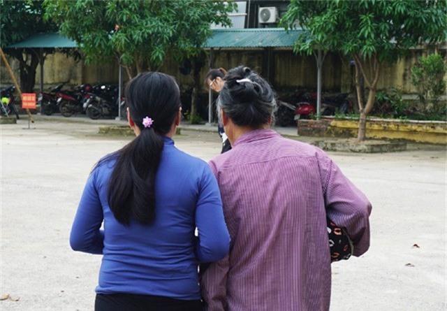 Bị cáo Lụa và me già dựa vào nhau khi rời tòa án. Với bản án cải tạo không giam giữ, Lụa vẫn có thể chạy chợ nuôi mẹ, nuôi em.