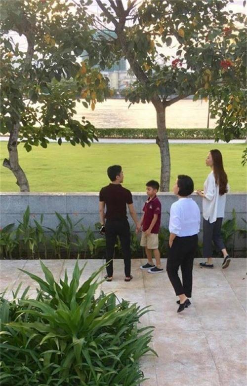Cường Đôla cùng con trai Subeo và bạn gái Đàm Thu Trang đi xem nhà.