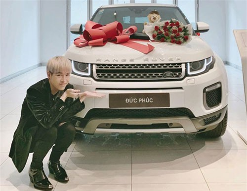 Đức Phúc bên chiếc xe mới tậu. Ảnh: FBNV.