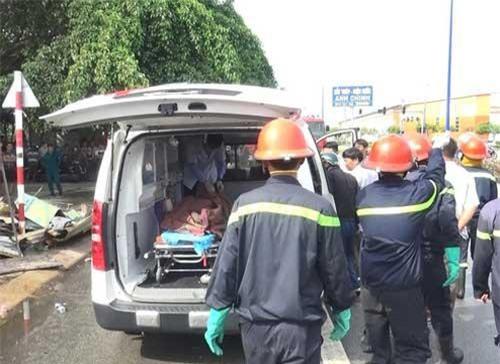 Thi thể nạn nhân được chuyển ra khỏi hiện trường.