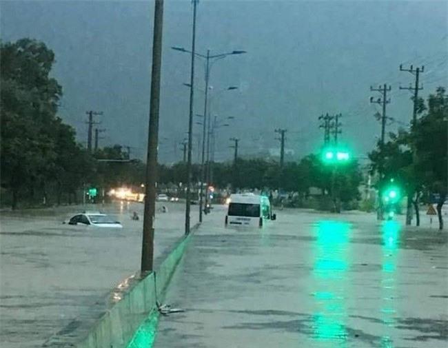 Mưa lũ khiến Quốc lộ 1A qua thành phố Nha Trang ngập nặng (Ảnh: TA)