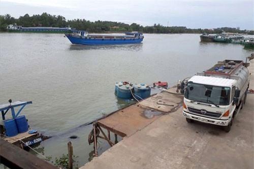 Xe bồn đang hút hóa chất từ các thuyền dưới sông Đồng Nai lên.