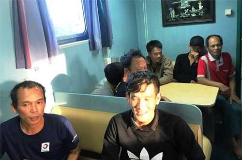 Các ngư dân được cứu đưa lên tàu cứu nạn SAR 411.