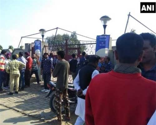 Người dân tụ tập tại nơi xảy ra vụ nổ.. (Nguồn: timesnownews.com)
