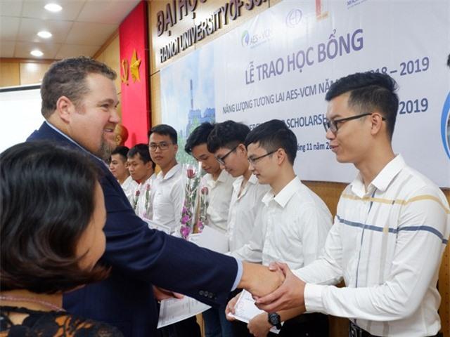 Ông David Stone ,Tổng Giám đốc Công ty TNHH Điện lực AES-TKV Mông Dương trao học hoc bổng cho các em học sinh