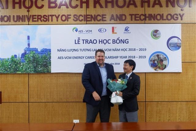 đây là năm thứ 2, Công ty TNHH Điện lực AES-TKV Mông Dương  trao tặng học bổng Năng lượng tương lai cho sinh viên ngành điện