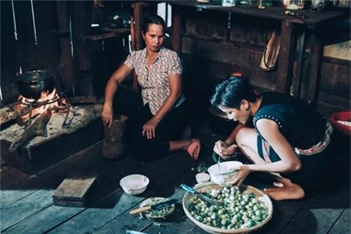 HHen Niê cùng mẹ nấu món truyền thống.