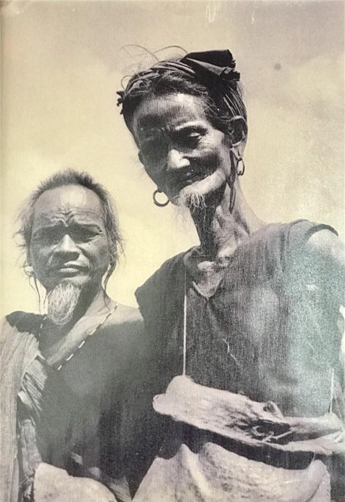 Bức ảnh một người phụ nữ M'nông có râu (bên phải) đang được treo tại biệt điện Bảo Đại ở hồ Lắk. Ảnh: T.L