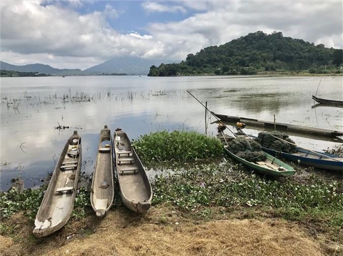 Những con thuyền độc mộc cuối cùng trên hồ Lắk. Ảnh: H.V.M