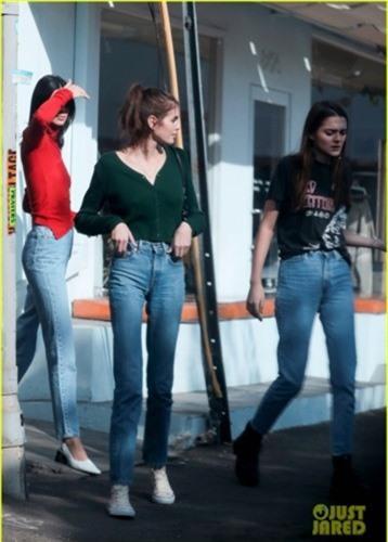 hai nang mau kendall jenner va kaia gerber do dang voi quan jeans hinh 9