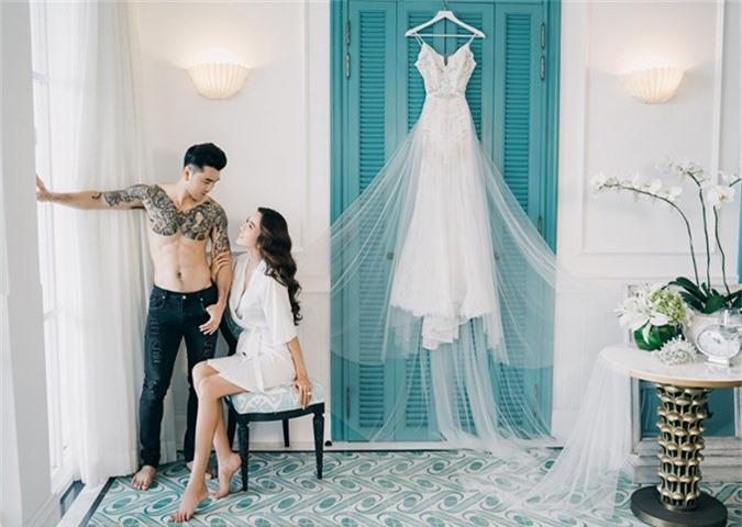Dù bận rộn chạy show biểu diễn và quảng bá cho web drama Ông trùm dẹp loạn giang hồ nhưng Ưng Hoàng Phúc vẫn dành thời gian thực hiện loạt ảnh cưới ấn tượng cùng bà xã Kim Cương.