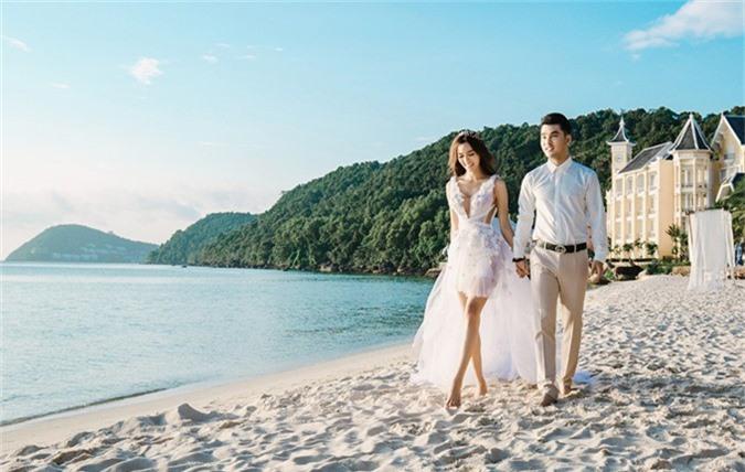 Cặp đôi ghi lại những khoảnh khắc lãng mạn bên bờ biển.