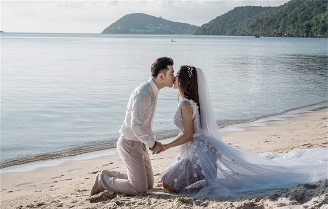 Hai vợ chồng say đắm khóa môi giữa cảnh thiên nhiên mênh mông, hoang vắng.