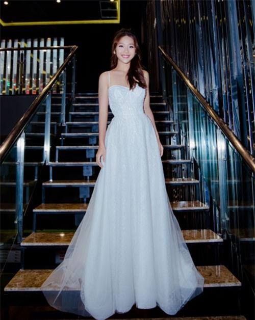 Khả Ngân xuất hiện với vẻ ngoài xinh đẹp, rạng rỡ dù thiếu bạn diễn Song Luân.