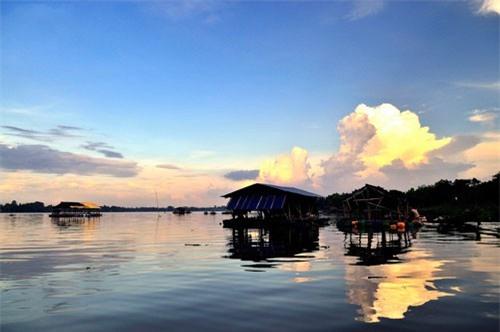 Đây là một trong những hồ nước ngọt lớn nhất miền Tây Nam Bộ. Ảnh: Diem Dang Dung.