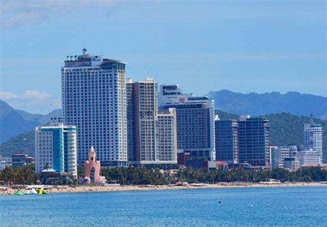 Các dự án nhà cao tầng đang ken kín phố biển Nha Trang (Ảnh: TA)