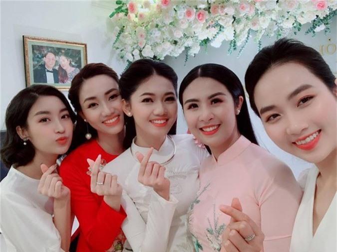 Chung vui với cô là Hoa hậu Ngọc Hân và Hoa hậu Đỗ Mỹ Linh. Hoa hậu Mỹ Linh sẽ là phù dâu trong đám cưới của Á hậu.