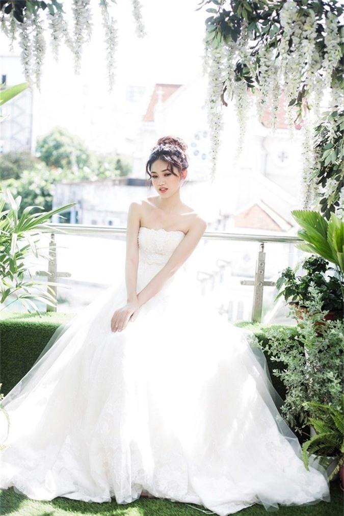 Người đẹp lộng lẫy bên chiếc váy cưới.