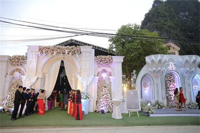 Hé lộ chi phí dựng rạp thực tế cùng hình ảnh cô dâu đeo vàng nặng trĩu trong đám cưới khủng ở Cao Bằng - Ảnh 2.