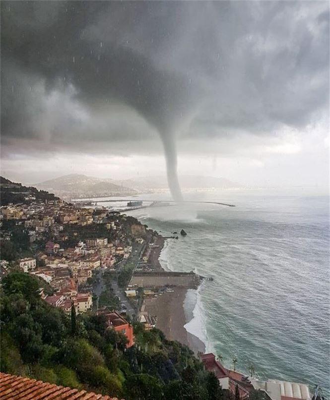 Vòi rồng nước khổng lồ xuất hiện trên bờ biển nước Ý - Ảnh 2.