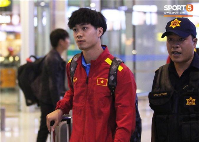 Vừa về tới Việt Nam, Xuân Trường muốn yên tĩnh nhưng Đức Chinh thì tìm mọi cách trêu chọc cho bằng được-8
