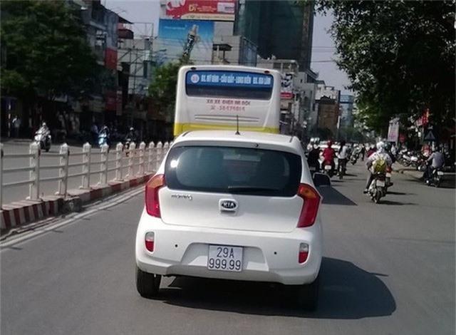 """Chiếc Kia Morning sở hữu biển số Hà Nội """"ngũ 9"""" siêu đẹp đã """"dậy sóng"""" truyền thông khi xuất hiện trên đường."""