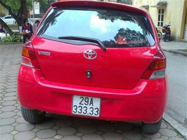 Một chiếc Toyota Yaris màu đỏ với biển số khủng ngũ quý 3 của một chủ nhân sống ở Hà Nội.