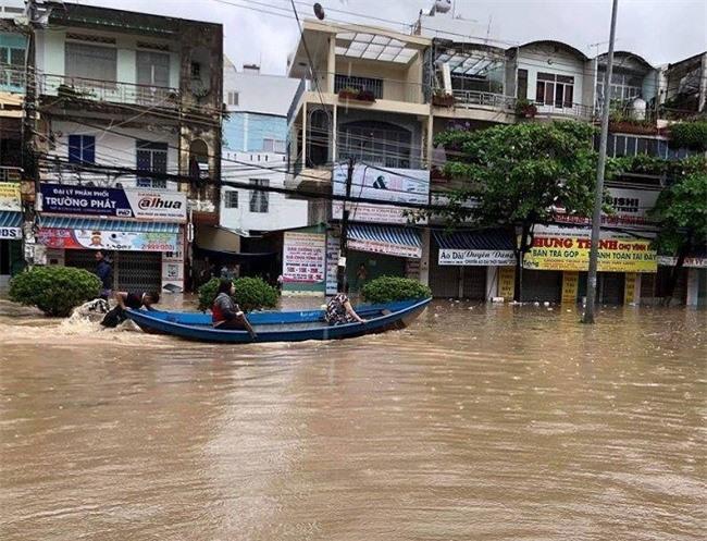 Phố biển thành sông trong đợt mưa lũ lịch sử mới đây (Ảnh: TA)