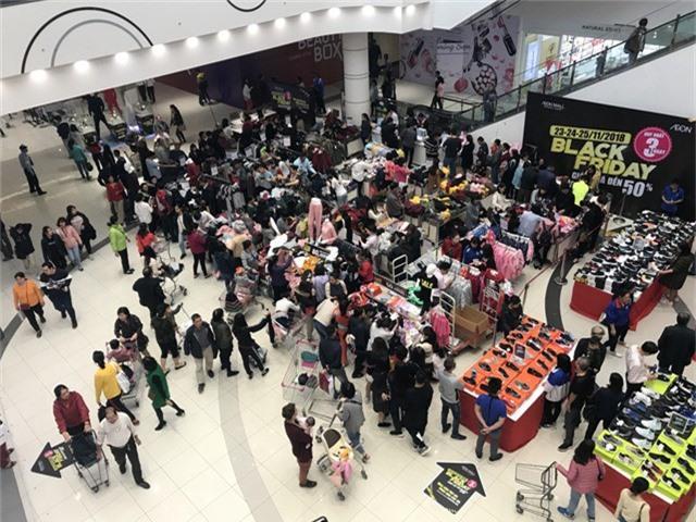 Rất đông khách hàng đến từ sớm để mua hàng