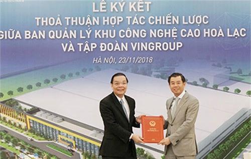 Bộ trưởng Chu Ngọc Anh (trái) trao chứng nhận đầu tư cho ông Nguyễn Việt Quang.